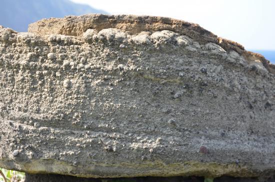 上層の火山豆石が大きいのはなぜ