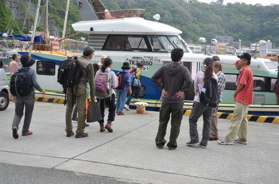 波浮港でお見送り 大島元町から新島まで44km 波浮からだと...