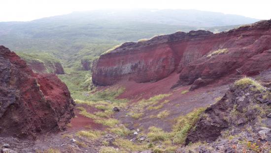 カルデラからの「赤だれ」8C噴火のスコリア丘 マグマの鉄分が酸素に触れ酸化して赤くなりました