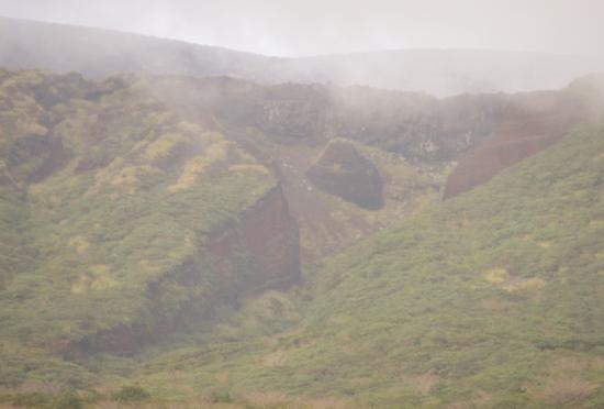 間伏林道からみた「赤だれ」画面中央左のミニ赤だれの深い沢を藪こぎして右岸に出ます