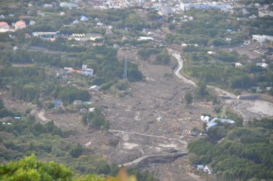 「神達」が消えた 16日15:15撮影。  いくつかの障害物を乗り越えて「御神火スカイライン」を下降