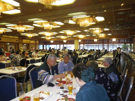 500人強の宿泊客 夕食は17時 19時 飲み放題 1万円で釣りがくる...熱燗を5本もいただいてしまいました