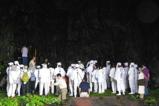 行者窟 続日本紀巻一 文武天皇3年(699年)「役君小角 伊豆の島に流される」 伊豆の島とは伊豆大島のこと