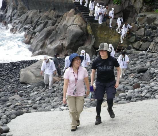 昼はこの行者窟に住んで修行し夜になると富士山に飛んでいって修行し赦免を願ったという 夜な夜な遊行して力を蓄えた なーんていうと講の人に叱られるか