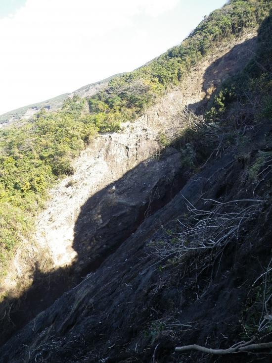 佐久川の沢を見てから逆に尾根をトラバースして地蔵尊に下ります。