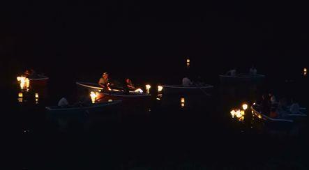 80組のボートが濠に浮かぶ