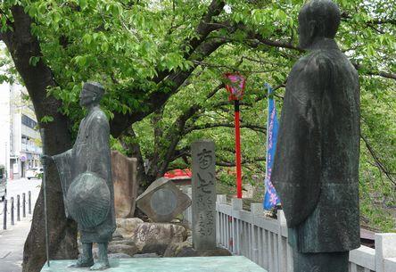むすびの地に立つ芭蕉像