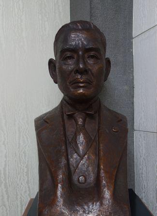 川崎克胸像
