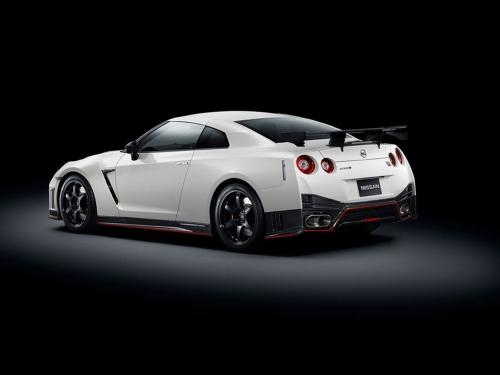 2015-Nissan-GT-R-NISMO-rear-01