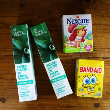 歯磨き粉とバンドエイド