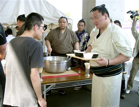 東日本大震災で炊き出しを行う白鵬関