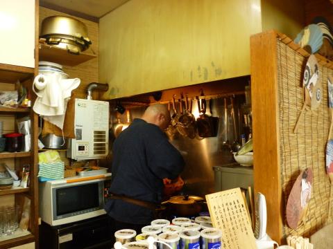 調理するおじさん