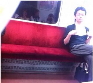 電車内乳首男