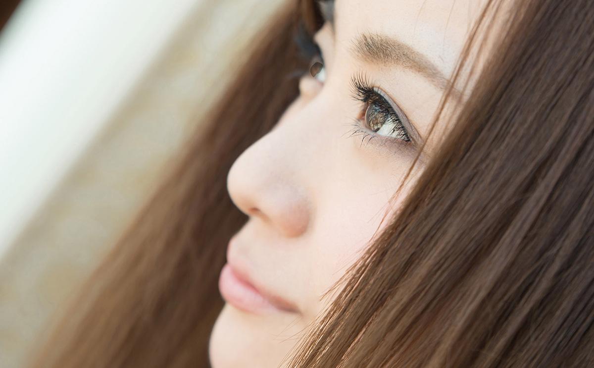 目線を外して遠くを見つめる、無防備な横顔