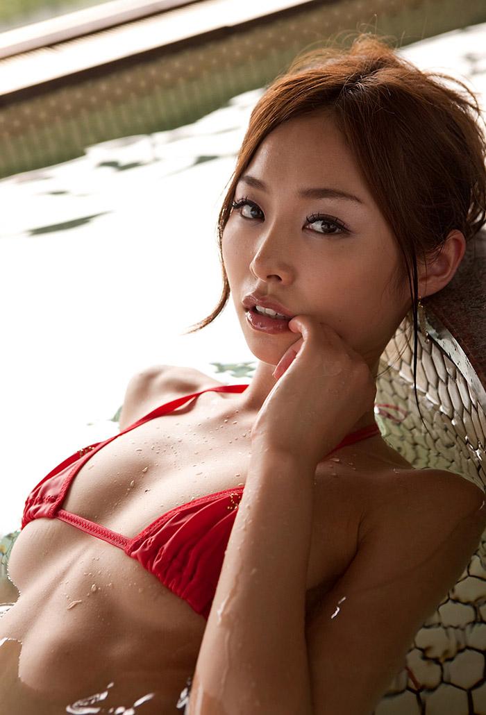 夏目彩春 キュートな笑顔とスレンダーボディ