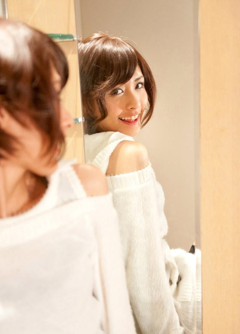 鏡越しに見つめる。鏡から覗くAV女優たち 3