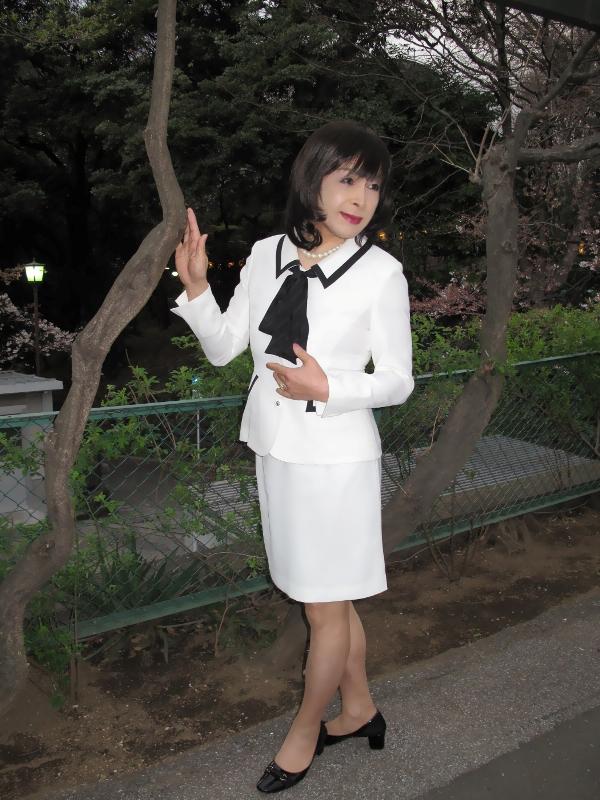 白スーツ花見(1)
