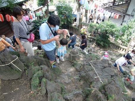 狭い登山道は以外にもお子様連れが多い
