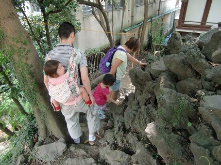 幼児を背負って下山道を下る家族