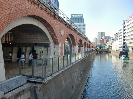 旧万世橋駅を再生した商業施設