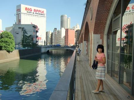 旧万世橋駅の商業施設から電気街を望む