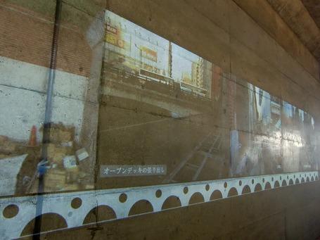 内部の壁に映し出される旧駅舎内の遺構の画像