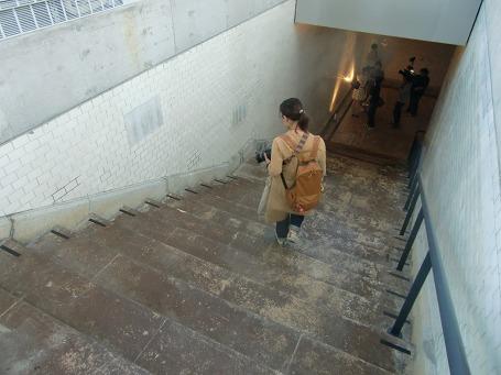 1912階段の遺構を撮る女性とテレビの撮影クルー