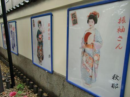上野に浅草振袖さんのポスターが…