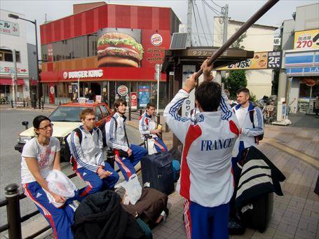 南千住駅前で木刀を振るフランス人