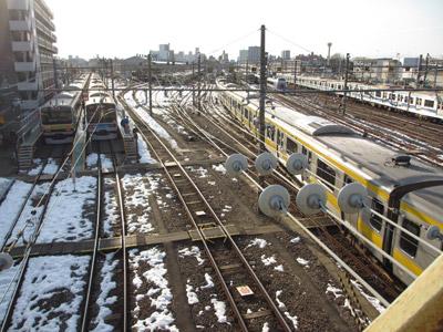雪の残る電車庫