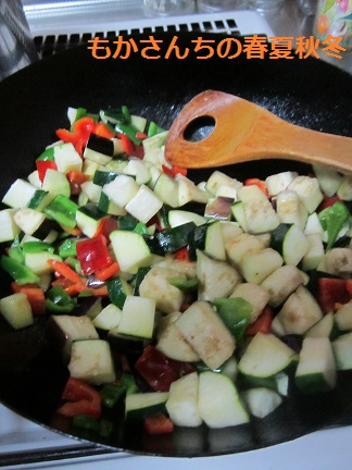 野菜をソテーしています。