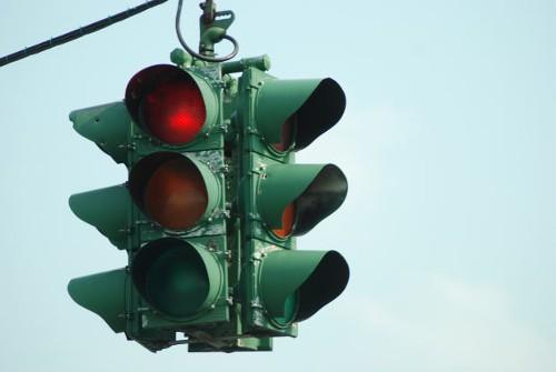 信号機はなぜ赤・青・黄の3色なのか