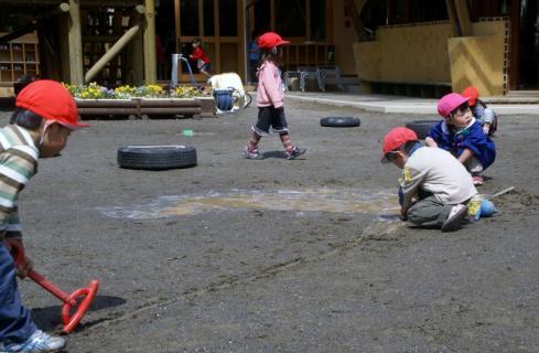 2006-11-24 25年度4月25日園庭遊び 020 (800x523)