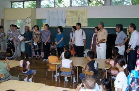 2007-04-14 25年度祖父母参観桃2、緑、赤、お店さんごっこ 018 (800x526)