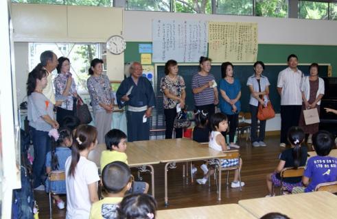 2007-04-14 25年度祖父母参観桃2、緑、赤、お店さんごっこ 020 (800x521)