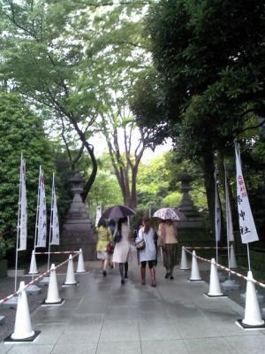 東郷神社へ進む後ろ姿