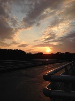 夕陽を背中に帰路につく