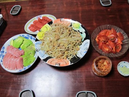 ケイちゃんもやし炒め、赤カブ漬物、キハダ鮪トロとアボカド