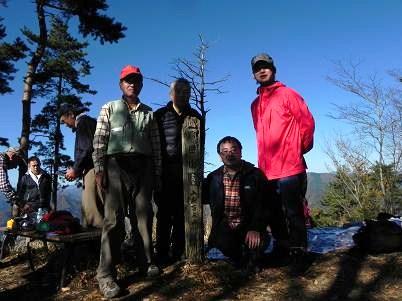倉岳山頂で記念写真