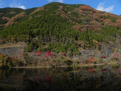名栗湖に写る金毘羅山方面