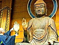 釈迦如来坐像の「鎌倉時代の手先」を掲げる住職