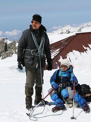 県内最高峰・大汝山で撮影する小林薫(左)と亨役の少年