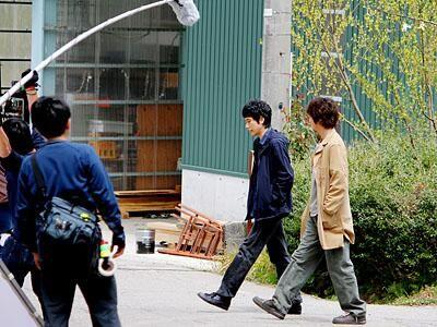 友人の中川聡史役の新井浩文さんと