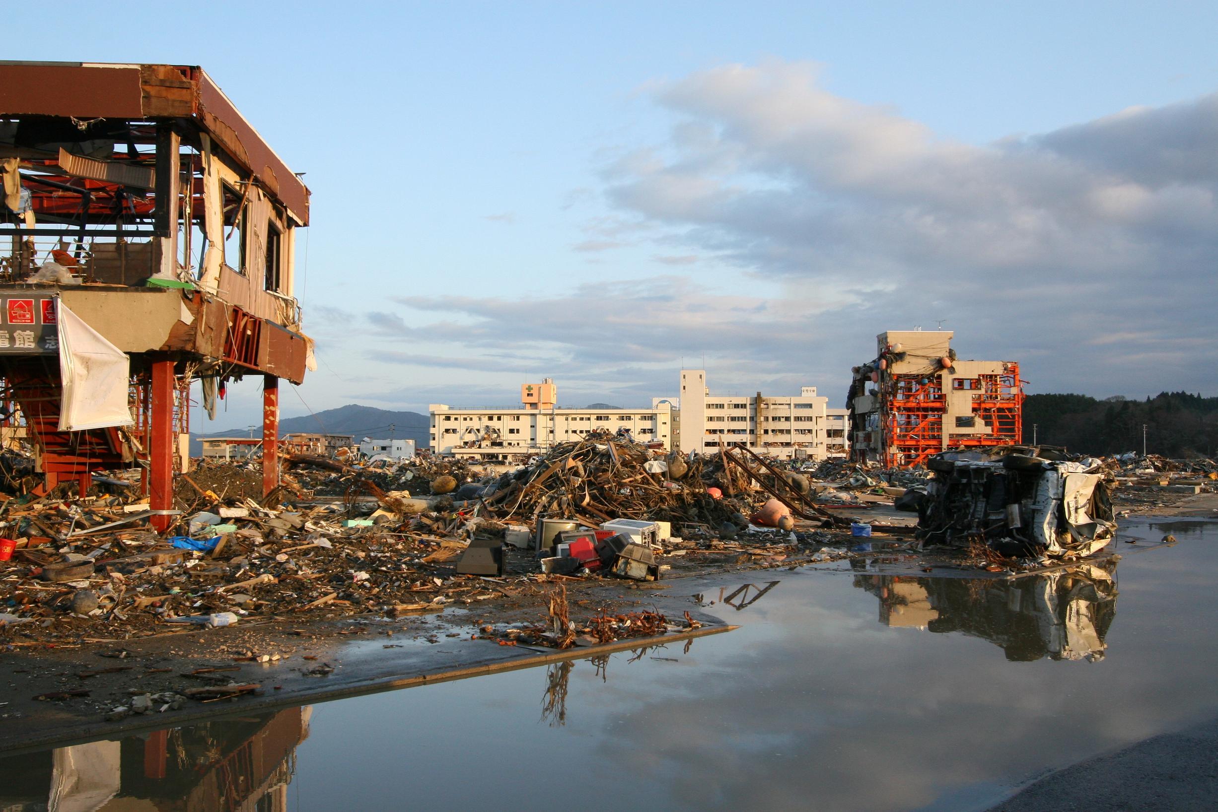 Around_Shizugawa_Public_Hospital_in_Minamisanriku_after_tsunami.jpg