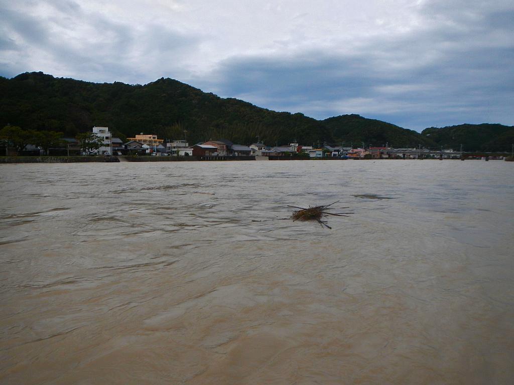 古座川河口。増水時。