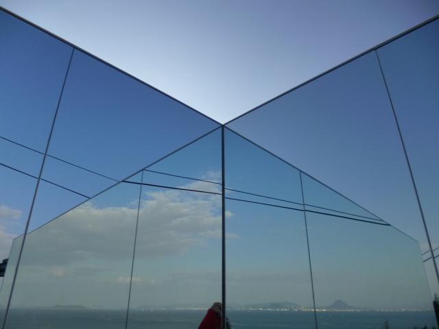 鏡に海と空が映ります