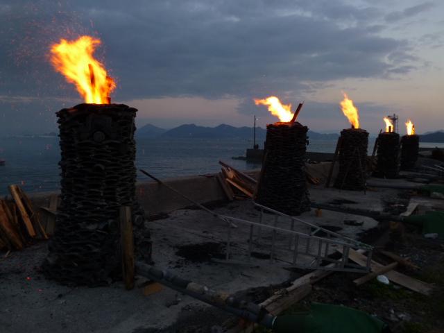 望郷とありますが,役目を終えた家屋を供養する炎に思えます