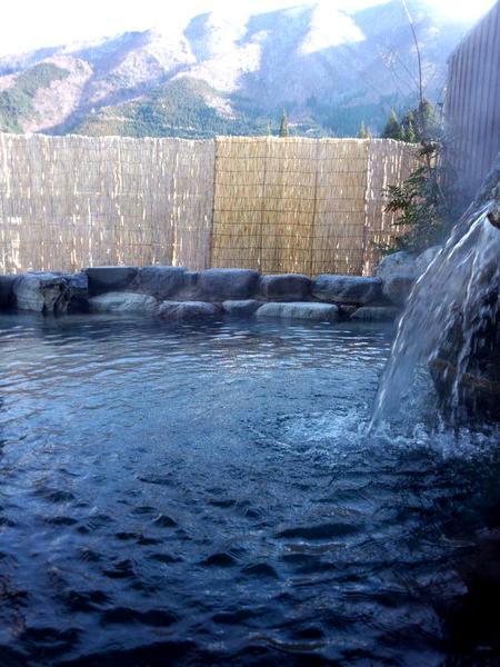 """泉質は寒い冬でも湯冷めしにくい「ナトリウム塩化物泉」 天然保湿成分の指標でもある""""メタケイ酸""""の含有量が多く美肌の湯。掛け流しの温泉をゆっくりとお楽しみください~大白川温泉 しらみずの湯~②"""