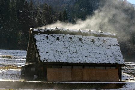 茅葺き屋根からのぼる湯気 ⑥