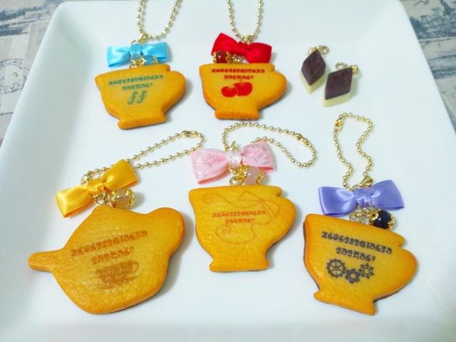 まどマギクッキーは5種類。 「君の願いはなんだい?」という魔女文字をプリントしています。 ソウルジェムの代わりにパワーストーンを付けております。